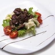 Теплый салат с печенью цыпленка Фото