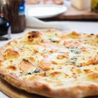 Пицца с семгой и итальянским сыром Фото