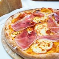Пицца с Пармской ветчиной Прошутто Фото