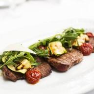 Теплый салат с маринованной телятиной Фото