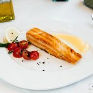 Жареный стейк семги с лакричным соусом Фото