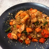 Рис с креветкой, лососем в соусе терияки Фото