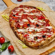 Римская пицца с мясным ассорти Фото
