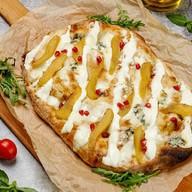 Римская пицца с грушей и сыром дорблю Фото