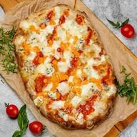 Римская пицца 5 сыров на томатном соусе Фото