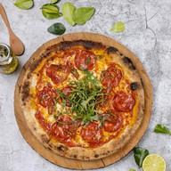 Пицца с горгондзолой, чоризо и грушей Фото