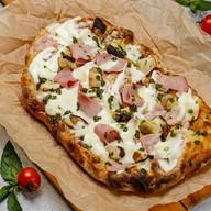 Римская пицца окорок, грибы и соус песто Фото