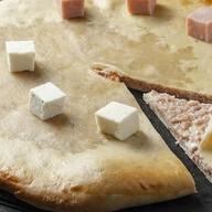 Осетинский пирог с ветчиной и брынзой Фото