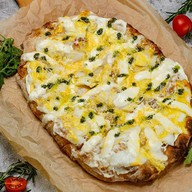 Римская пицца с палтусом и соусом Фото
