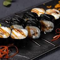 Ролл с обжаренным лососем и креветкой Фото